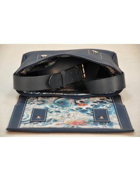 Besace en taurillon bleu, doublée en tissu style tatouage japonais.