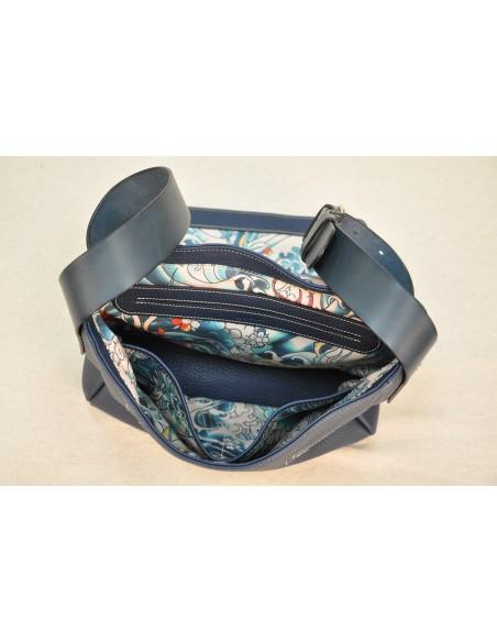 Besace en taurillon doublée en tissu avec aménagement de poches.