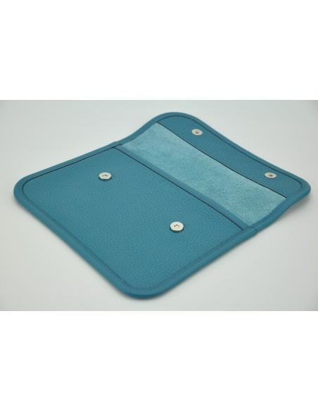 Pochette taurillon bleu jean ouverte.