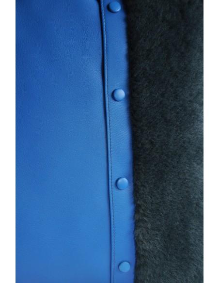 Coussin en veau bleu vif et fourrure bleue foncée.