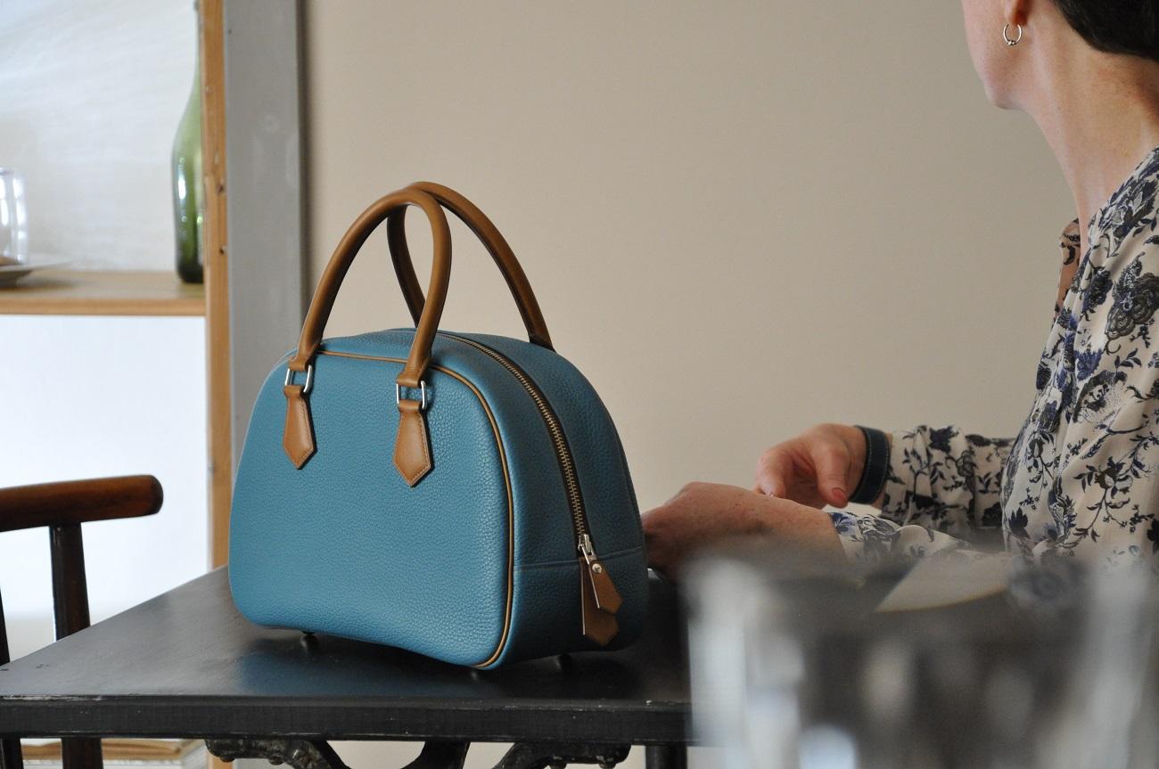Fabricant français de maroquinerie de luxe. Designer, sacs, petite maroquinerie en cuirs pour femme et homme. Atelier en Périgord - France.