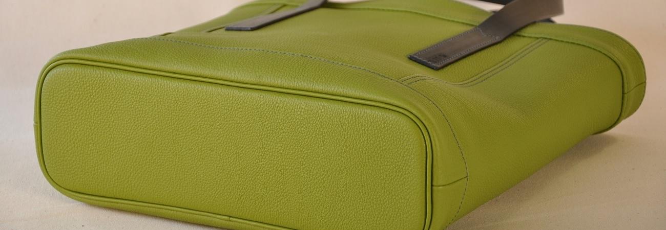 Collections de maroquinerie de luxe pour femme et homme : bagages, sacs, petite maroquinerie, ceintures, bracelets, décoration d'intérieur. Fabrication française maroquiniers de luxe.