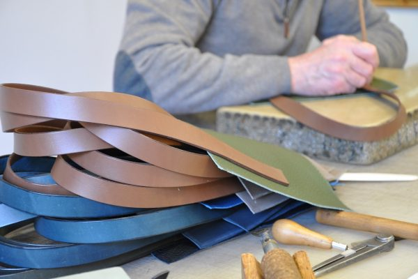 Le pointage des poignées, ici en vachette à tannage végétal; pour la couture fait main ou machine. Fabrication LE NOËN créateur de sac pour femme et homme.