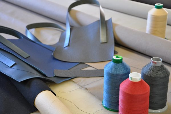 Each threads and fabrics are choosen according to the colors of the leather.