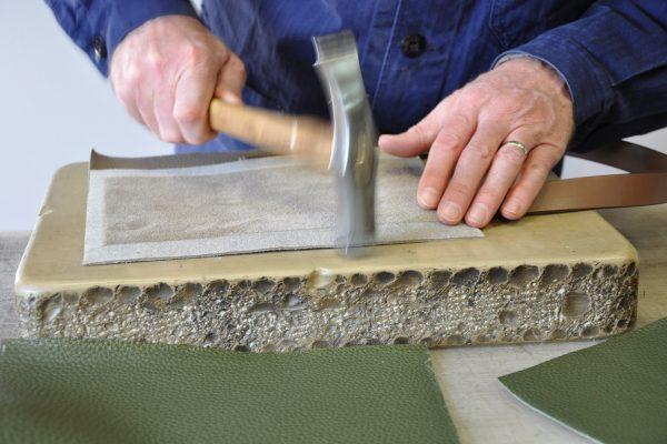Le montage nécessite d'être tapé avant d'effectuer la couture à la machine. Atelier LE NOËN en Provence.
