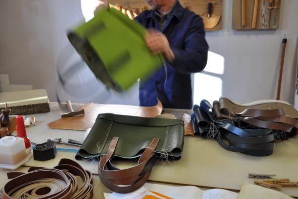 Montage des bandeaux sur les faces du sac, couture effectuée à l'envers puis retourner le sac pour le montage suivant.