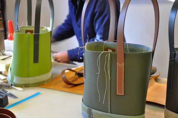 L'atelier LE NOËN a imaginé le sac avec des empiècements soulignés d'une double couture. Fabrication française.