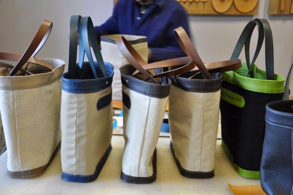 La doublure des sacs possède une poche, le fond est monté à l'envers. De nombreuses étapes et manipulations sont nécessaires à la fabrication d'un sac. Fabrication LE NOËN maroquiniers en France.
