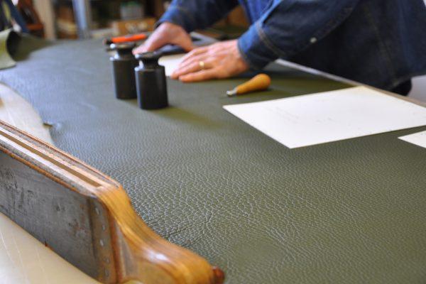 Le travail du prototypiste fait parti du savoir-faire du selliers maroquiniers. La marque LE NOËN possède des années d'expériences.
