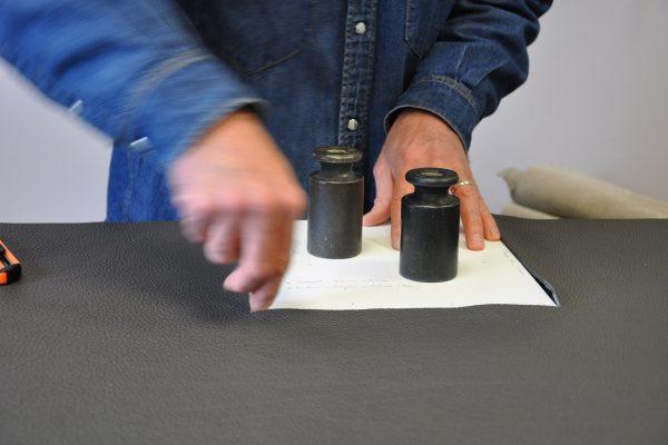 Le pointage du cuir est essentiel pour faciliter le montage du sac. Savoir-faire français. Atelier en Provence LE NOËN