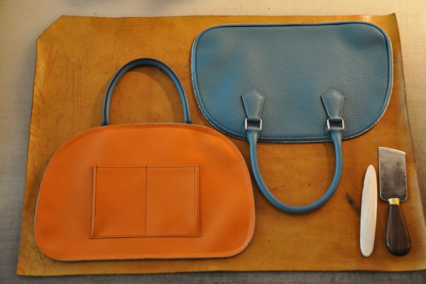 Sac Betty Montage du passepoil sur chaque partie du sac en taurillon bleu et doublure chèvre orange.