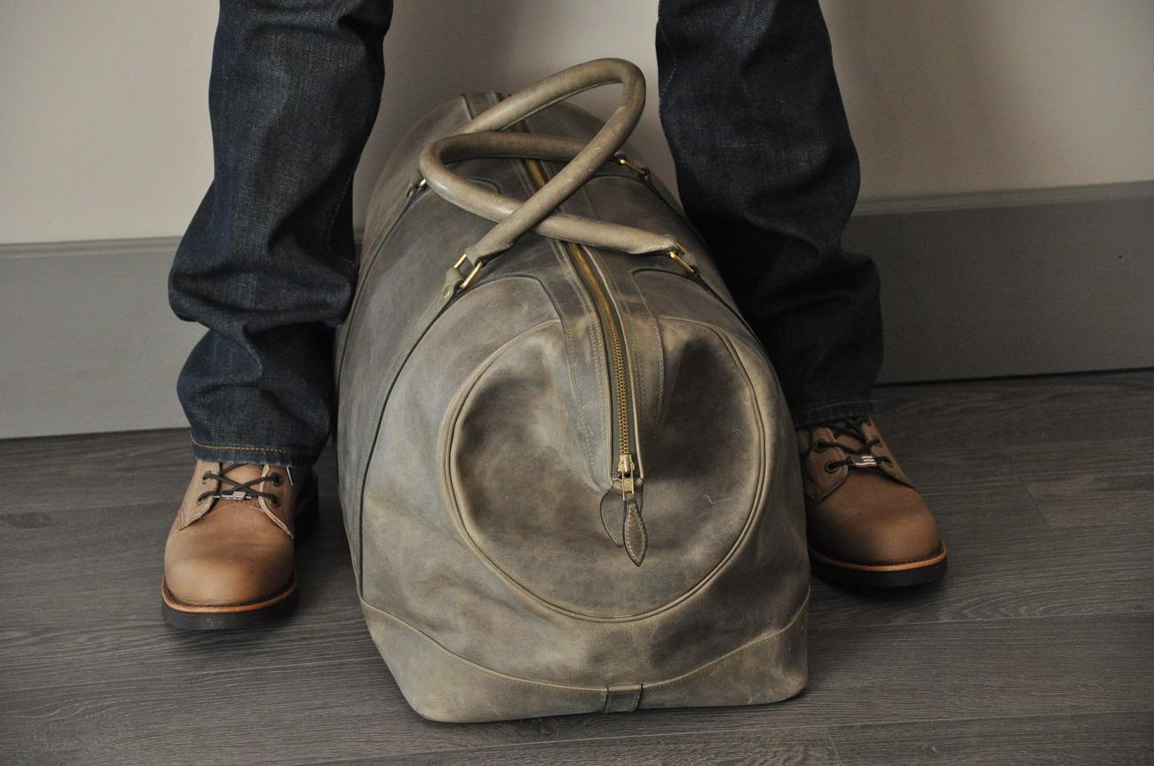 Le bagage Cupertino est en vachette couleur bronze, doublé en lin avec un intérieur aménagé de poches. idéal pour les collectionneurs d'automobile ancienne. Création LE NOËN Sellier Maroquinier France.