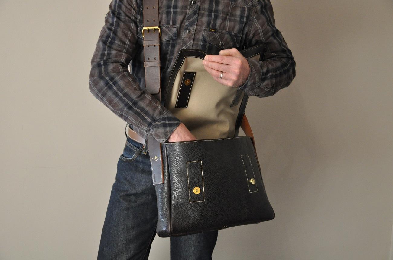 Besace Dan pour homme en taurillon marron, doublée en coton beige, se ferme avec deux tops magnétiques. fabrication artisanale LE NOËN sellier maroquinier haut de gamme.