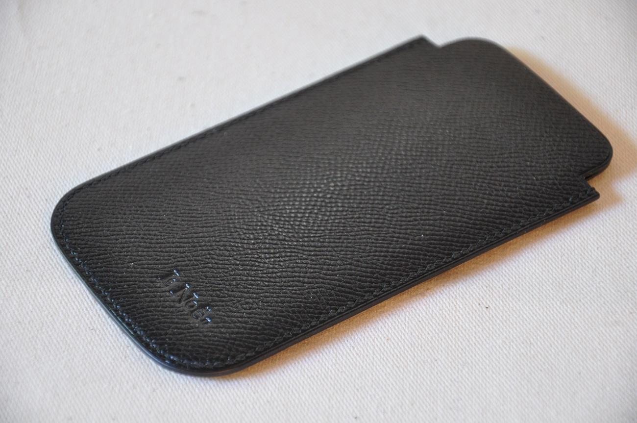 Etui i-phone réalisé sur-mesure en veau grainé noir. Création sur-mesure pour un client Parisien. Fabrication LE NOËN