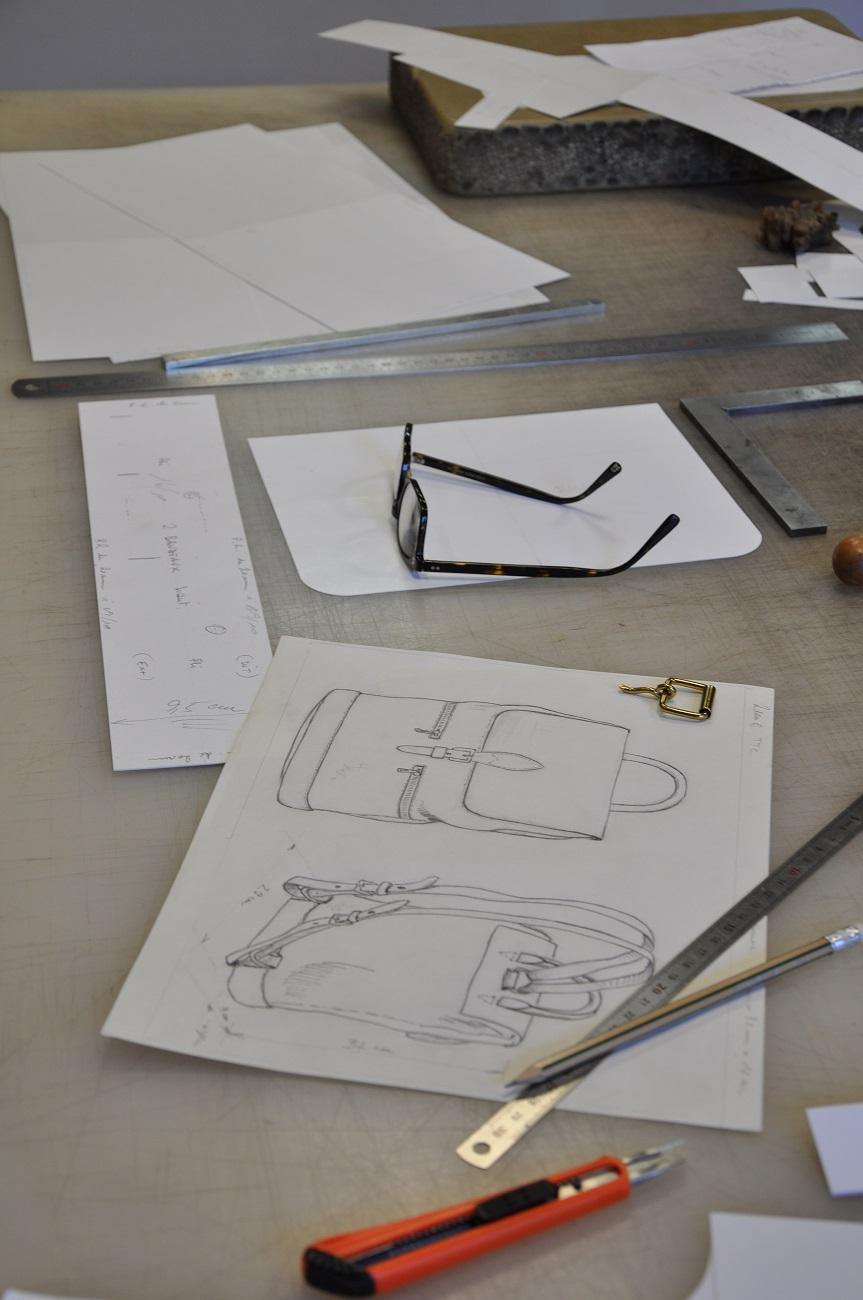 Fabricant de maroquinerie de luxe sur-mesure. Sac à dos en taurillon, fabrication française.