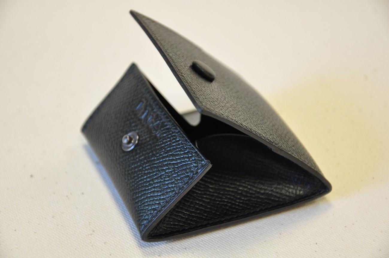 Porte-monnaie réalisé sur-mesure pour un client Parisien. Fabriqué en veau grainé noir. Créateur LE NOËN Maroquinier du luxe en France.