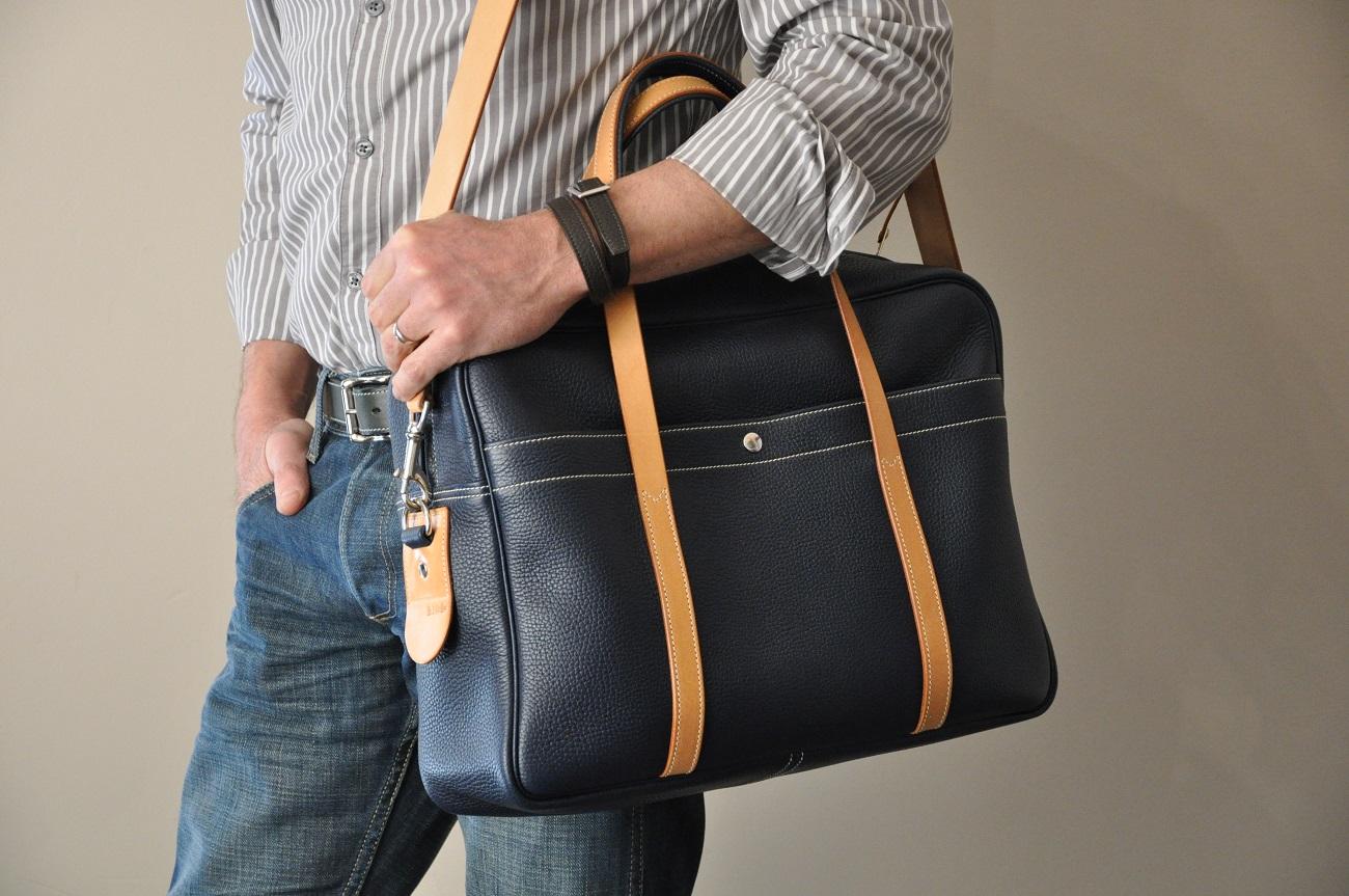 Le bagage London Gnetleman est en taurillon bleu, doublée en coton. Création originale de Philippe LE NOËN Sellier Maroquinier Français.