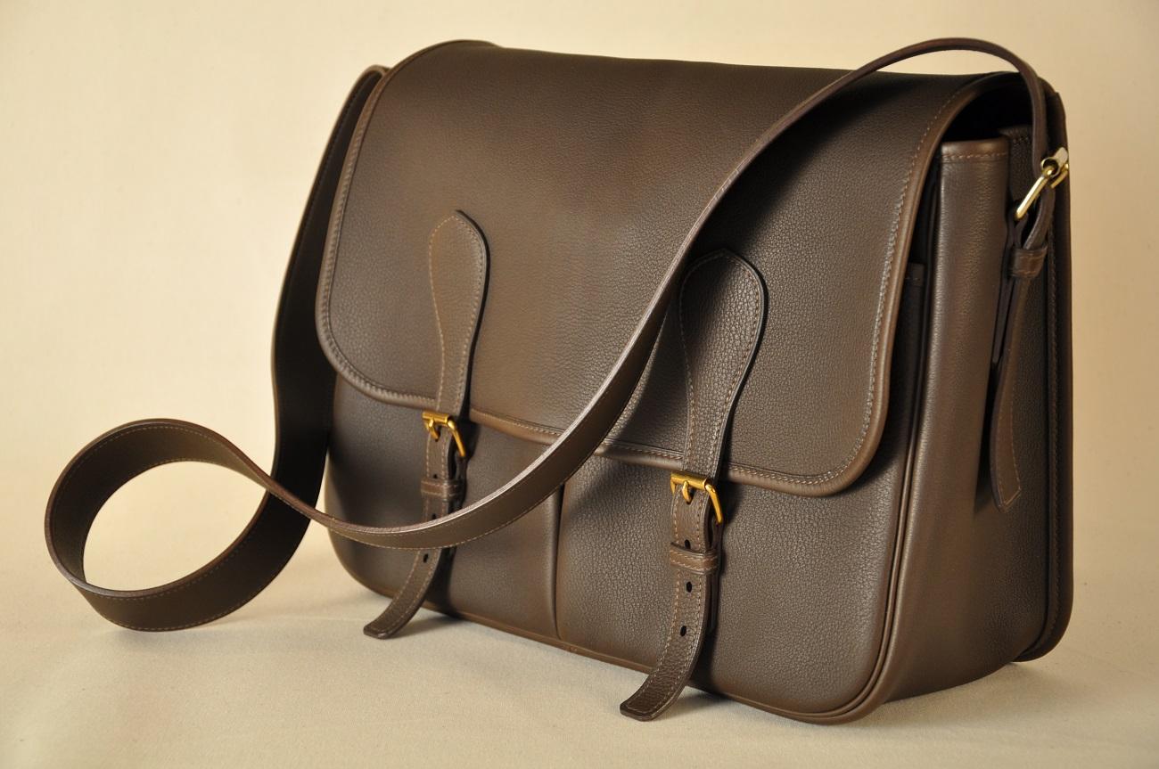 Fabricant français de maroquinerie de luxe, sacs pour femmes et hommes. Savoir-faire d'exception. France.