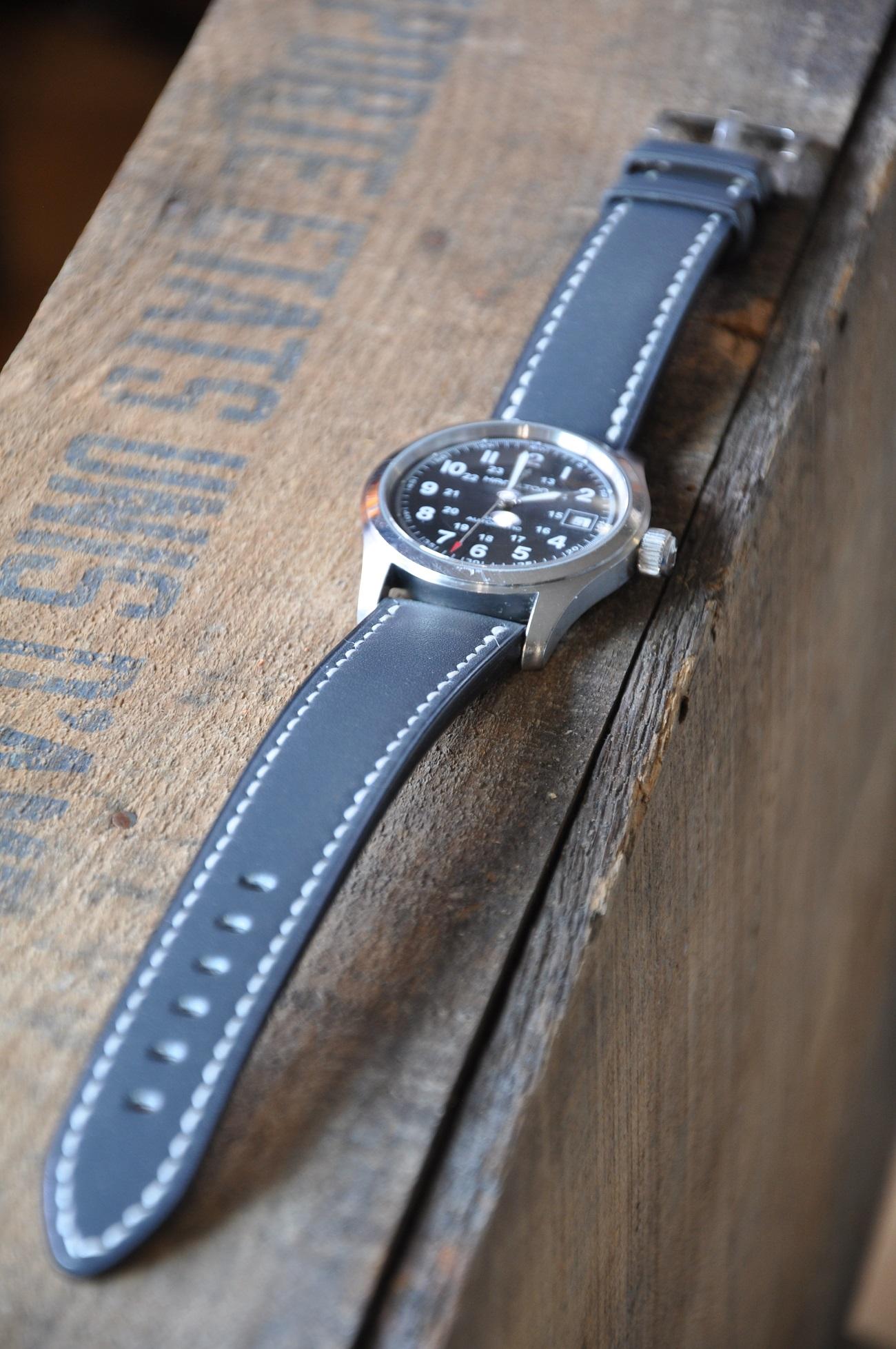 Bracelet-montre sur-mesure en vachette. Entièrement cousu. Le luxe français par créateur LE NOËN maroquiniers designers.