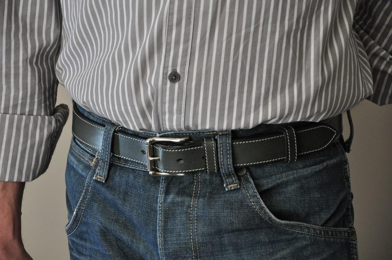 Ceinture en demie-mesure disponible en magasin. LE NOËN fabrique des ceintures sur-mesure, le client choisit le cuir, la boucle, le fil.