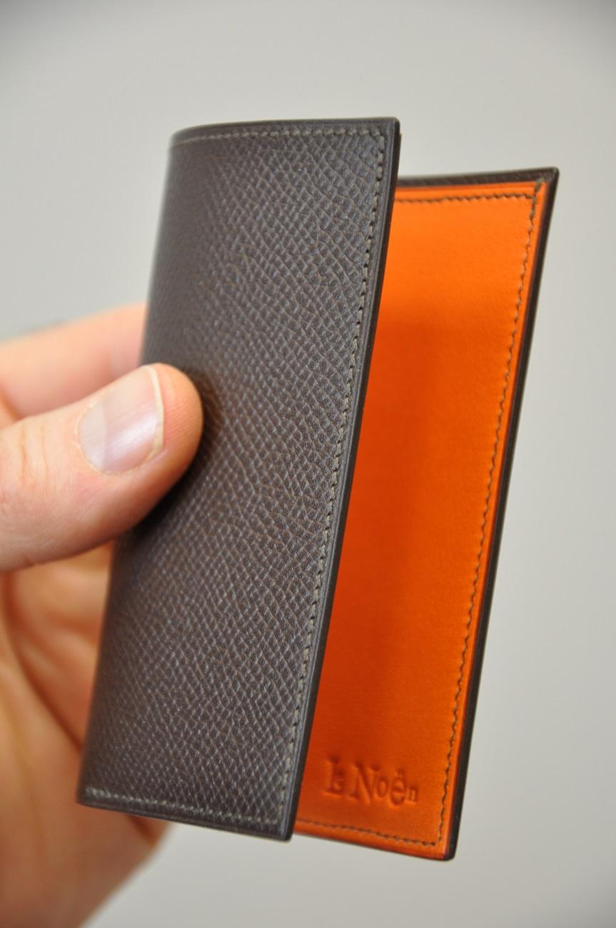 Porte-cartes sur-mesure en veau grainé marron, doublé en veau lisse orange. Création originale LE NOËN Maroquinier du luxe.