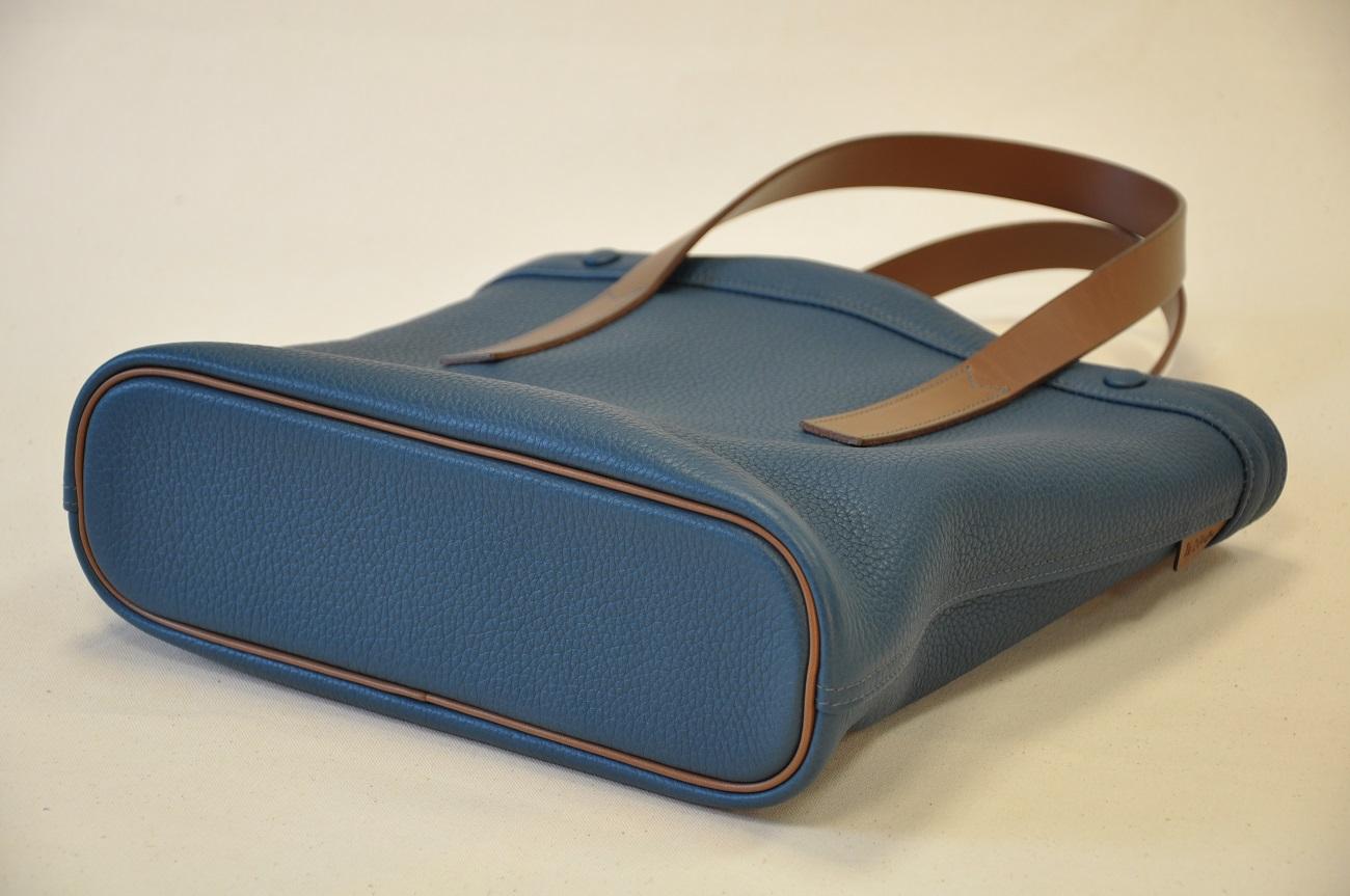 Sac Valentine en taurillon bleu avec poignées en vachette marron. Création originale personnalisé. Création et fabrication LE NOËN Sellier maroquinier du luxe français.