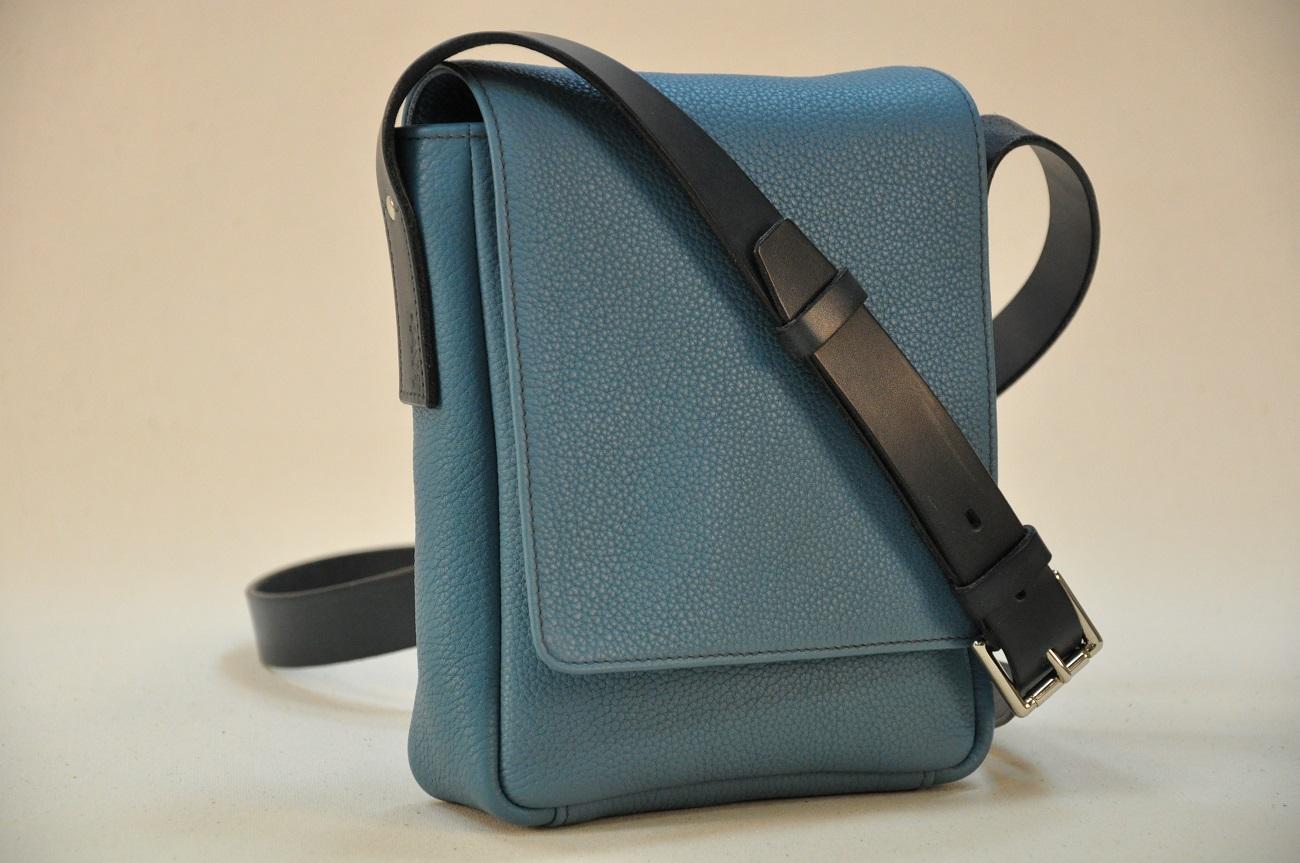 Sac pour homme en taurillon bleu, doublé en coton avec aménagement de poches. Pièce unique fabriqué par LE NOËN. France.