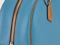 Détail sac femme en taurillon bleu jean et poignées en vachette naturelle. Made in France