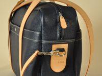 Le Bagage London Gentleman se porte avec ou sans bandoulière. Belle création pour le travail ou les vacances. Imaginée et fabriquée par Philippe LE NOËN Sellier Maroquinier haut de gamme Français.