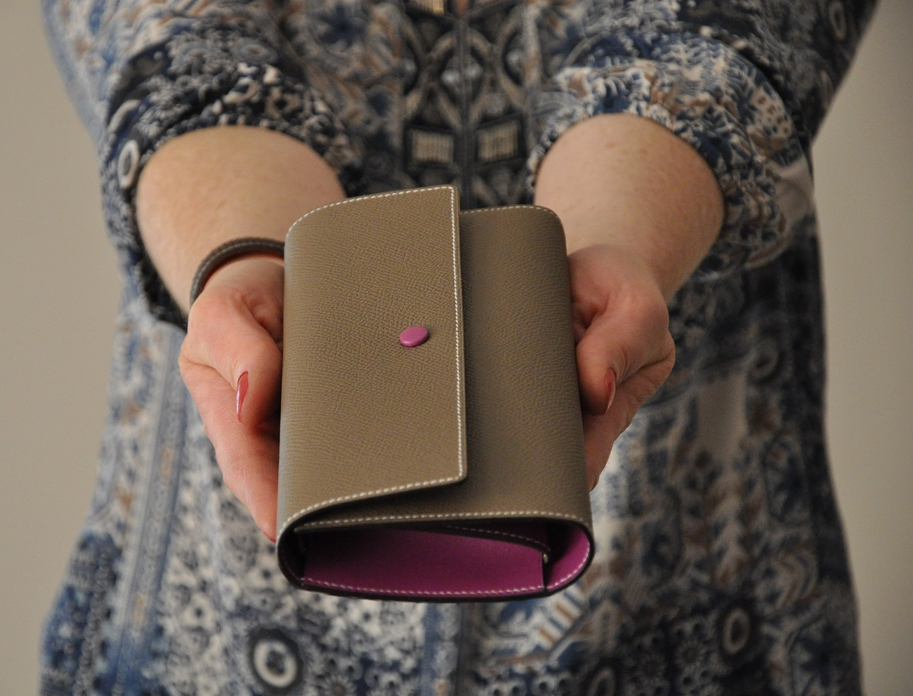 Le portefeuille l'Indispensable est incontournable pour tous les jours, il possède tous les papiers utiles, les cartes bleues, le porte-monnaie. Création Philippe LE NOËN en veau grainé. Fabrication Française.