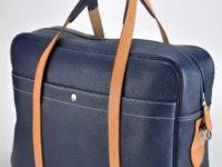 Bagage, sac homme ou femme en vachette bleue grainée, poche à l'xtérieur et aménagement à l'intérieur. Fabrication française.
