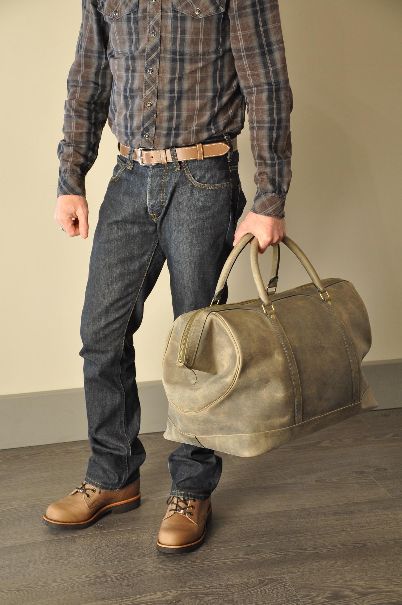 Bagage Cupertino est d'inspiration vintage, en vachette vieillie, doublé en lin. Création LE NOËN Provence.