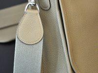 La besace Martha a été conçue avec une bandoulière en toile, montée avec des mousquetons en laiton massif, finition nickelée. Fabrication française par LE NOËN Sellier Maroquinier en France