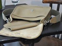 La besace Martha est en taurillon souple, avec une poche sur la face et une poche à l'intérieur. Une pochette assortie est disponible. Créations LE NOËN sellier maroquinier du luxe français.