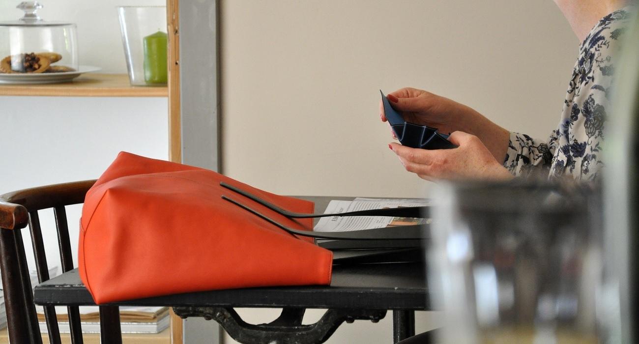 Cababs JPG est en veau souple et tissu mélange de lin et de coton avec des couleurs flamboyantes. Création originale haut de gamme LE NOËN.
