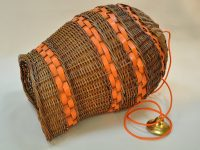 Création unique luminaire en osier et cuir orange. Design Nancy LE NOËN