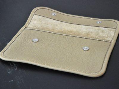 Pochette en taurillon assortie à votre sac ou idéale pour porter le strict nécessaire pour une soirée. Création française par LE NOËN artisan sellier maroquinier France.