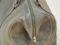 Le bagage Cupertino a été imaginé avec un développé pour prendre plus contenance lors des voyages. Ses poignées rondes cousues à la main lui confère robustesse. LE NOËN créateur de sacs haut de gamme.
