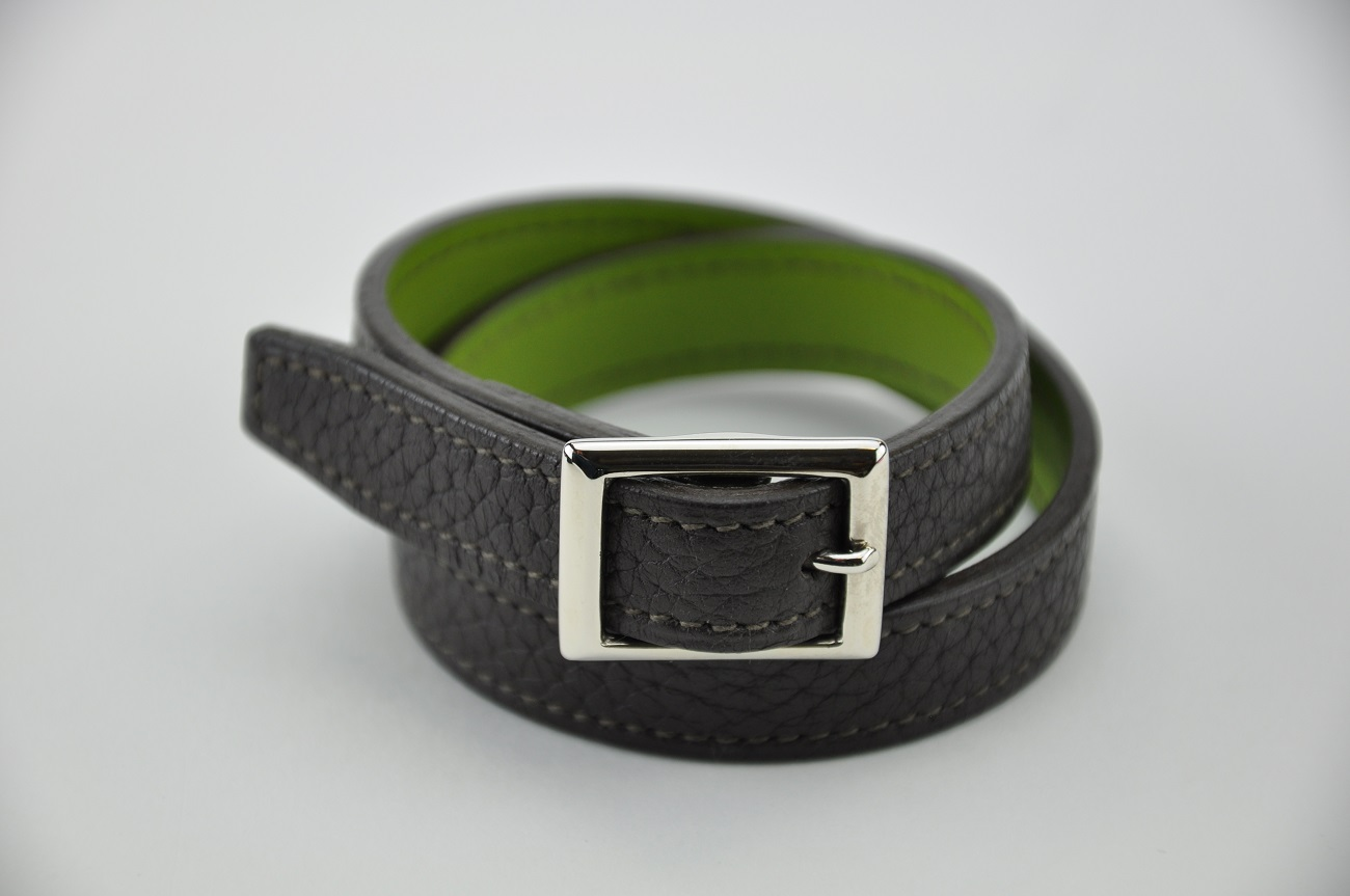 Bracelet en cuir pour femme et homme. En taurillon marron, doublé en veau vert anis. Fabrication française.