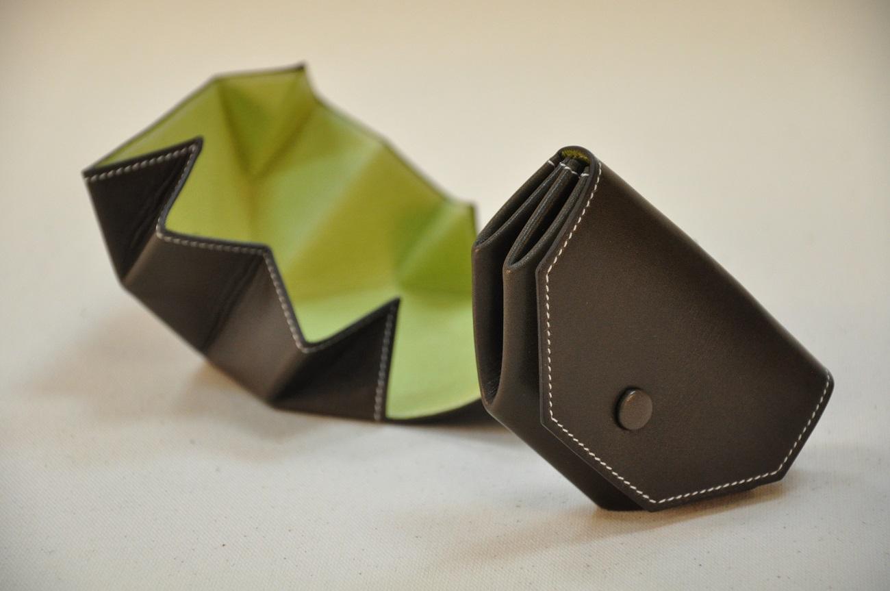 Porte-monnaie Picaillon réalisé en box kaki, doublé en porc vert anis. Seplie et se range facilement dans une poche. idéal pour voir toute sa monnaie. Création LE NOËN France