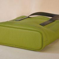 Le sac pour femme est créé en taurillon, son fond est souligné d'un passepoil en cuir. Petit, léger, se porte à la main tous les jours. Le luxe à la française par les créateurs maroquiniers LE NOËN.