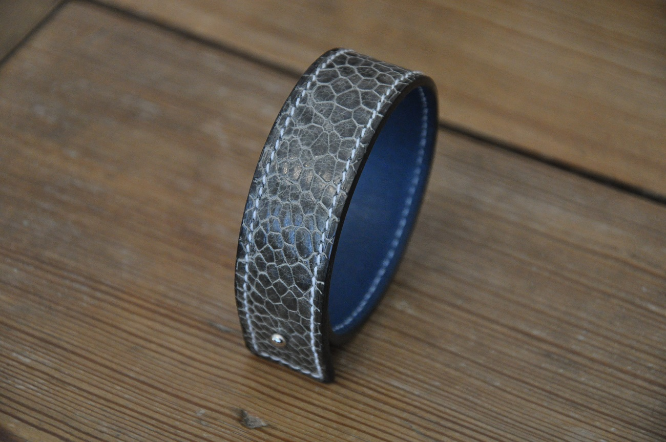 Grey ostric-paws bracelet for woman, the fashion accesories made by a French artisan, leather goods makers in Provence.