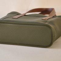 Le sac Valentine pour femme est fabriqué en taurillon. Le fond du sac est souligné d'un passepoil en cuir. Le luxe à la française remis au goût du jour pour un sac mode, pratique et léger. LE NOËN