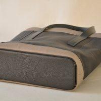 Le fond du sac est souligné d'un passepoil en cuir. Le luxe à la française, savoir-faire d'exception. Conception LE NOËN.