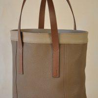 Le sac Valentine pour femme est en taurillon, cuir souple. Ce sac est pratique et léger, idéal pour la femme citadine. Ses empiècements soulignés d'une double couture en font un sac original. Création LE NOËN France.