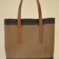Le sac Valentine pour femme en taurillon, se ferme avec deux boutons pressions cachés. Fabrication maroquiniers du luxe LE NOËN.