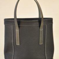 Sac pour femme en taurillon noir, doublé en coton noir, poignées en vachette à tannage végétal. Création originale par la marque LE NOËN maroquiniers du luxe en France.
