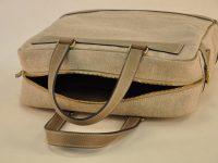 Sac pour homme en vachette et lin, fermeture zippée, intérieur doublé en coton avec aménagements de poches. Création LE NOËN maroquiniers du luxe en France.
