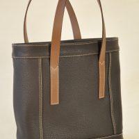 Le sac Valentine a été imaginé avec des empiècements et des doubles piqûres qui soulignent sa structure. Sac léger et pratique imaginé et fabriqué par LE NOËN maroquiniers du luxe en France.